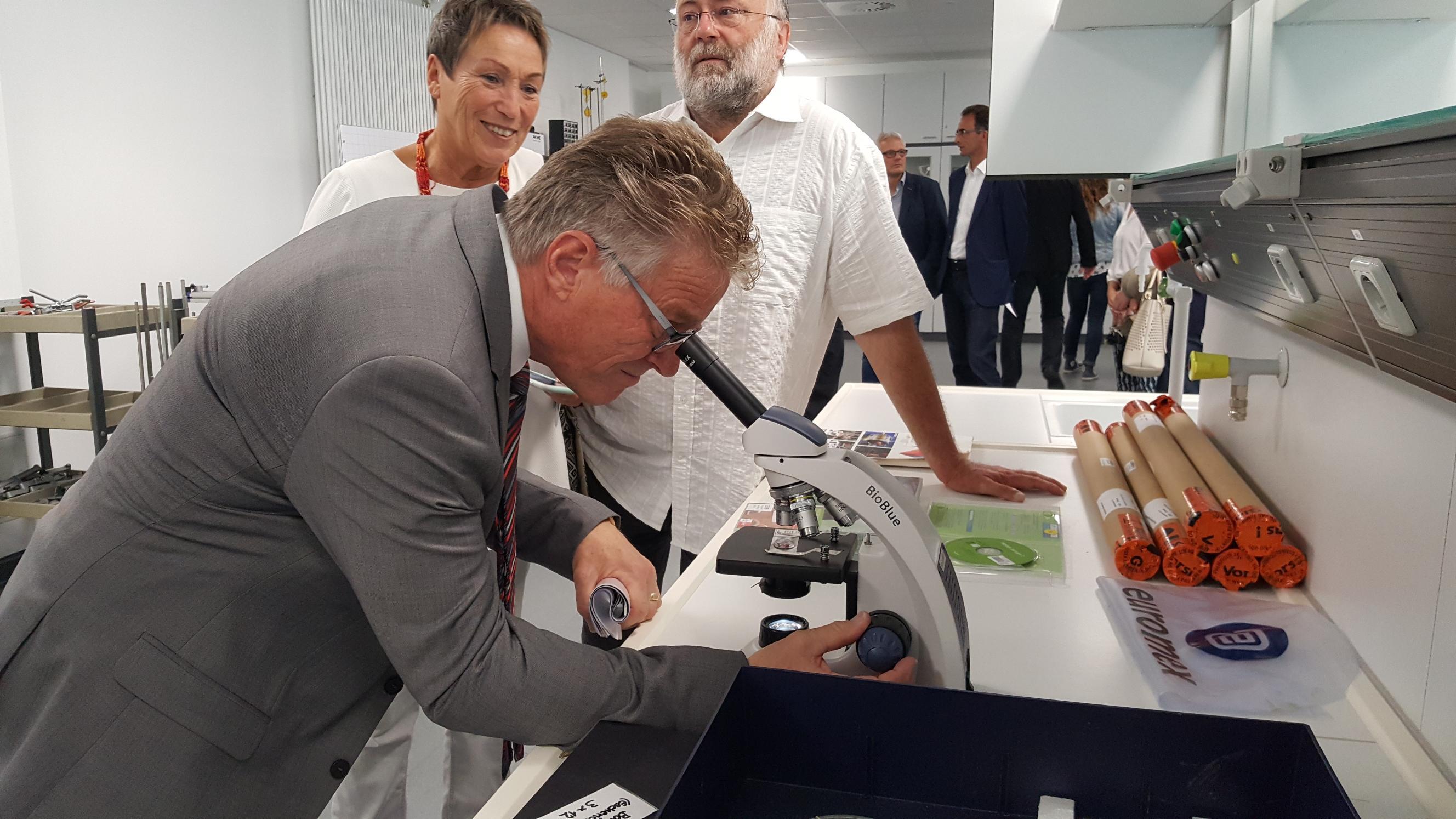 Kreisbeigeordneter Winfried Ottmann beim Mikroskopieren