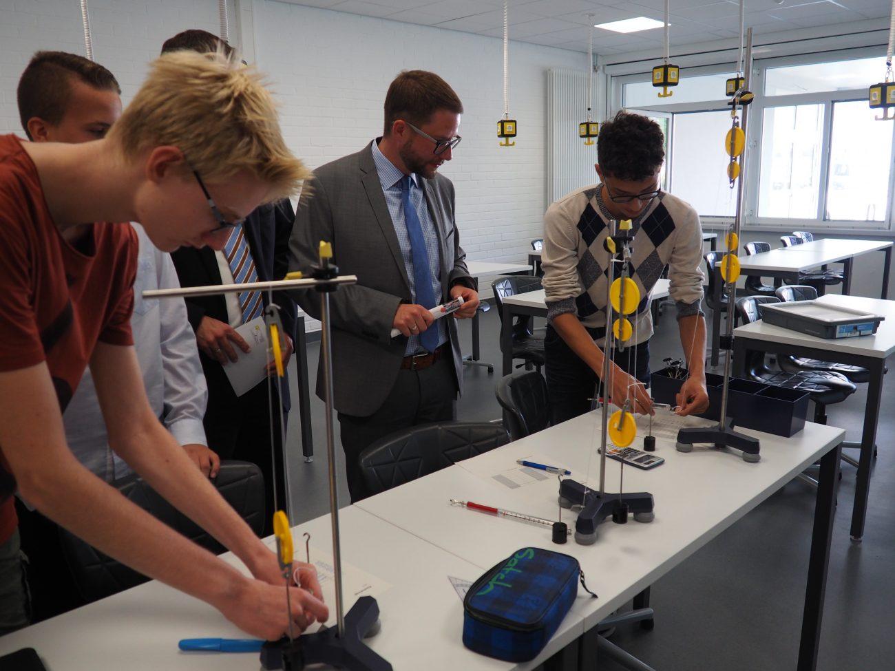 Schüler unterrichten Landrat Thorsten Stolz in Physik